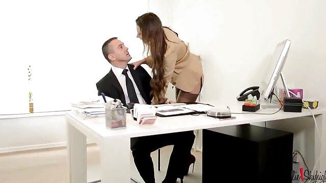 یک دختر در یک دامن کوتاه با استفاده از یک استراحت برای رابطه سکس بکنبکن جنسی